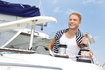 Photo pour Séduisante jeune homme sur voilier. - image libre de droit