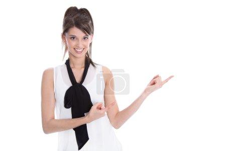 Photo pour Isolé jeune femme souriante adorable pointe du doigt sur fond blanc . - image libre de droit
