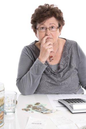 Photo pour Triste femme retraitée ont des problèmes d'argent - la pauvreté dans le concept de l'âge . - image libre de droit