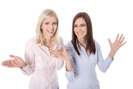 Photo pour Deux heureux jeune femme d'affaires acclamant avec mains et applaudissant - isolé sur blanc. - image libre de droit