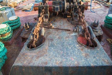 Photo pour Technologie vieillissante : Roue à engrenages ancienne, ancienne et rouillée sur un vieux navire - look rétro et vintage . - image libre de droit