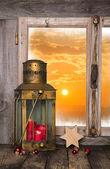 Vánoční pozadí s červenou svíčku a lucerny - vzadu