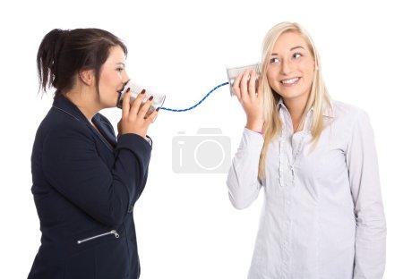 Photo pour Parler de la femme : deux isolé jeune femme parlant avec boîte de conserve. concept de communication. - image libre de droit
