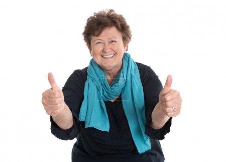 Photo pour Enthousiaste et heureuse grand-mère drôle faire les pouces geste avec deux doigts . - image libre de droit