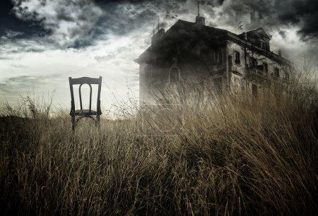 krzeslo-opuszczony-w-polu-stoi-nawiedzony-dom