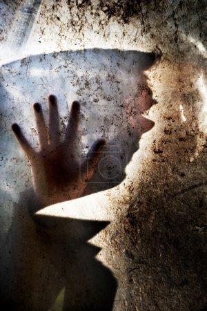 homme derrière la vitre sale