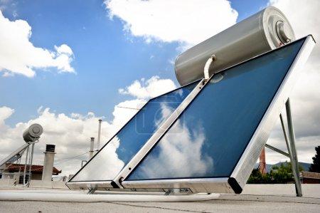 Foto de Calentador de agua solar para energía verde - Imagen libre de derechos