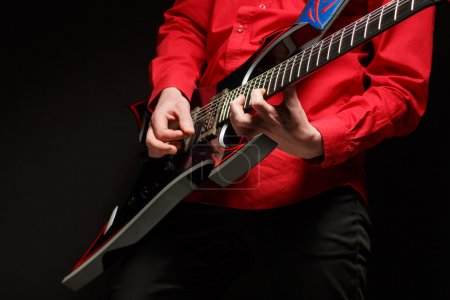 Photo pour Guitariste de Rock joue la guitare solo. - image libre de droit