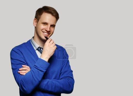 Portrait de l'homme d'affaires souriant heureux