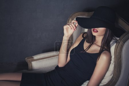 Photo pour Fashion portrait of beautiful sexy young female in hat with red lips - image libre de droit