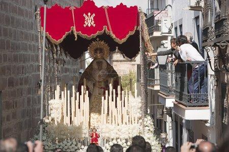 Photo pour Femmes dans un balcon en touchant la broderie du trône de la Vierge Marie au cours du dimanche des rameaux, linares province de jaen, Espagne - image libre de droit