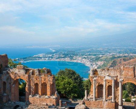 Antiguo anfiteatro griego en la ciudad de Taormina, isla de Sicilia, Italia