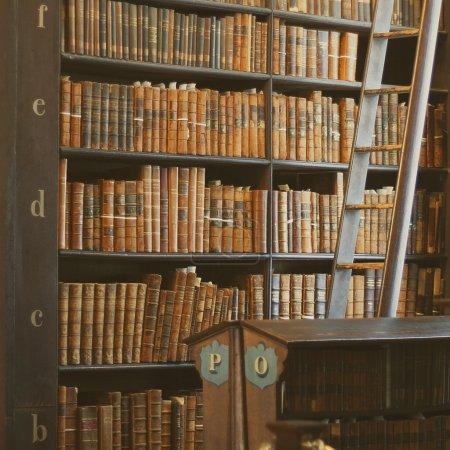 """Foto de Libro estantes con libros históricos en la biblioteca de la Universidad de Trinidad """"la larga sala"""", Dublín, Irlanda - Imagen libre de derechos"""