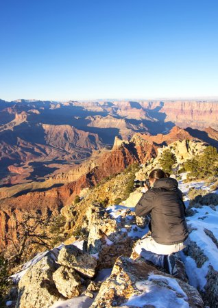 Photo pour Jeune homme photographiant la vue panoramique du Grand Canyon - image libre de droit