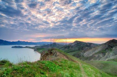 Photo pour Fond naturel d'été avec des montagnes sur le coucher du soleil, Crimée - image libre de droit