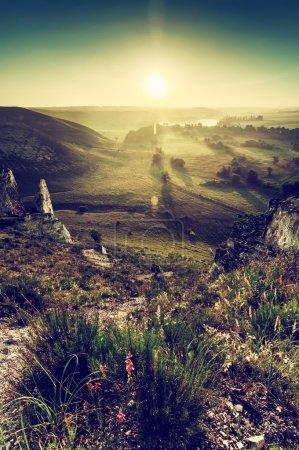 Photo pour Paysage estival vintage au lever du soleil avec montagne de craie, fleurs et soleil, fond naturel - image libre de droit