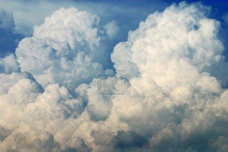 Photo pour Nimbus en cloudscape avec un ciel bleu - image libre de droit