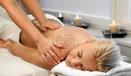 Photo pour Une jolie femme recevant un massage au spa - image libre de droit