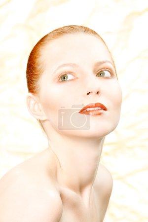 Photo pour Gros plan portrait d'une belle rousse fille sur fond d'or - image libre de droit