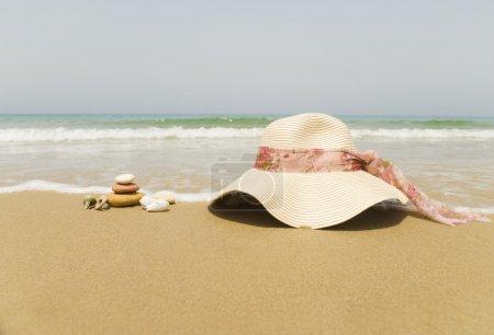 Foto de Concepto de vacaciones de verano con sombrero de paja en la playa de arena - Imagen libre de derechos