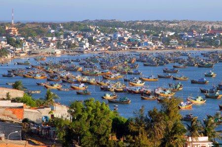 Photo pour Bateaux de pêche dans la baie de mui ne, vietnam - image libre de droit