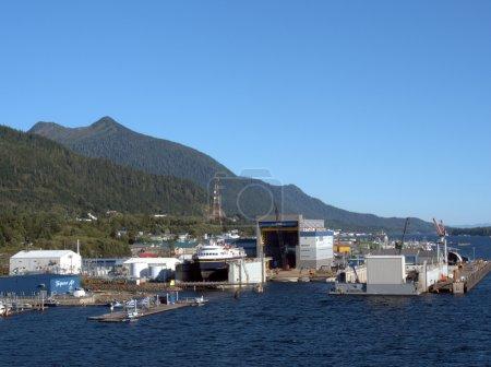 Photo pour Ketchikan, AK. États-Unis, 20 septembre 2014. Vigor Industries chantier naval à la périphérie de Ketchikan a été contacté pour construire deux ferries de voiture de base pour le système Alaska State Ferry au coût de 101,5 millions. Les navires devraient être lancés en 2018 . - image libre de droit