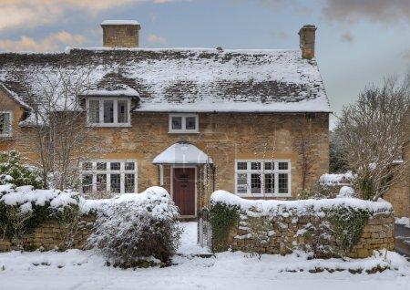Photo pour Cottages de Cotswold dans la neige, broadway, worcestershire, Angleterre. - image libre de droit