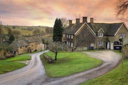 Warwickshire Dorf bei Sonnenuntergang