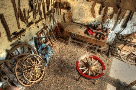 Foto de Taller de Wheelwright tradicional con herramientas y volteretas, Inglaterra. - Imagen libre de derechos