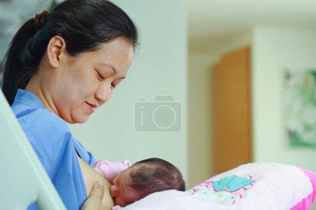 Photo pour La mère allaite son enfant - image libre de droit