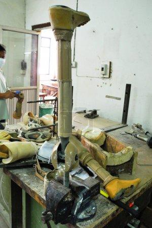 Photo pour Production de prothèses pour aider les personnes ayant une déficience physique, centre de réadaptation dans un pays en développement, aide aux personnes marginalisées - image libre de droit