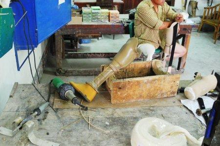 Photo pour Production de prothèses pour aider les personnes ayant une déficience physique, centre de réadaptation dans un pays en développement en Asie - image libre de droit