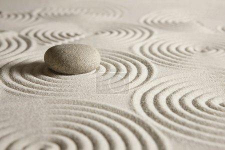 Photo pour Pierre entourée de vagues de sable - image libre de droit