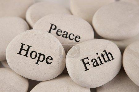 Photo pour Gros plan de pierres avec des mots gravés espoir, foi, paix - image libre de droit