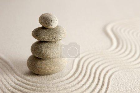 Photo pour Pile de pierres sur fond de sable. concept Zen. - image libre de droit