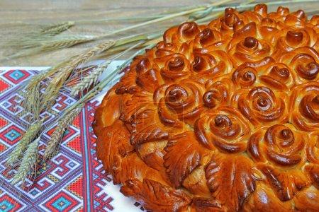 Photo pour Oreilles de pain traditionnelles fraîchement cuites à la serviette brodée nationale - image libre de droit