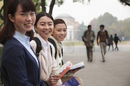 Photo pour Groupe d'étudiants universitaires sur le campus - image libre de droit