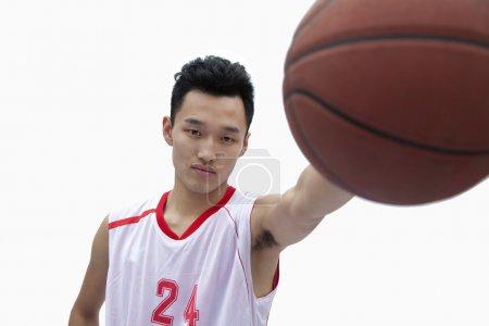 Photo pour Basketteur miroiter de basket-ball - image libre de droit