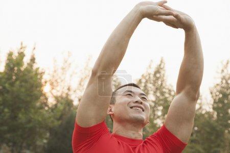 Homme musculaire étirement