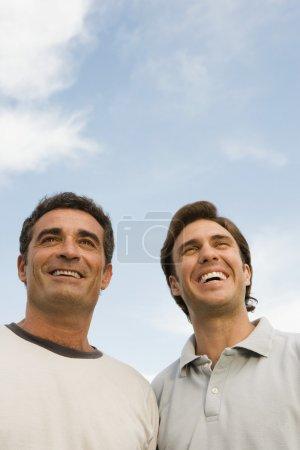 Photo pour Deux hommes souriant à l'extérieur - image libre de droit