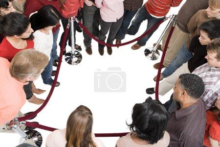Photo pour Groupe de personnes debout autour - image libre de droit