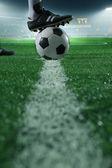 Piede sopra il pallone da calcio