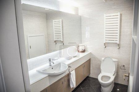 Photo pour Moderne, propre, salle de bains avec WC et lavabo - image libre de droit
