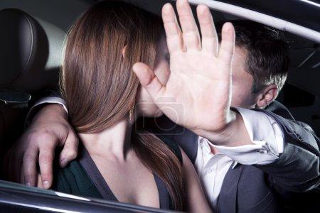 couple de s'embrasser dans la voiture lors d'un événement de tapis rouge