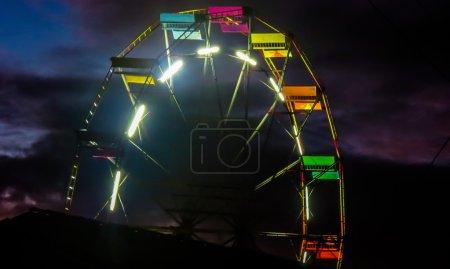 Photo pour Photo de la roue géante dans un parc d'attractions de la ville installé. - image libre de droit