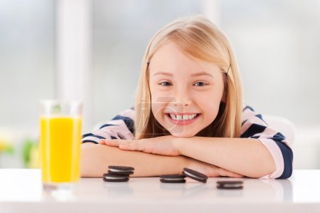 Girl leaning at the table with cookies