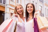 ženy držící nákupní tašky