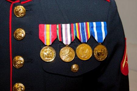 Foto de Un marine de Estados Unidos muestra sus medallas del servicio activo en las fuerzas armadas - Imagen libre de derechos