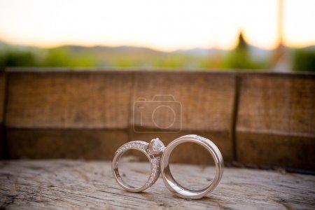 Foto de Anillos de boda se colocan en una caja de madera para crear esta interesante foto de color closeup mostrando amor. - Imagen libre de derechos