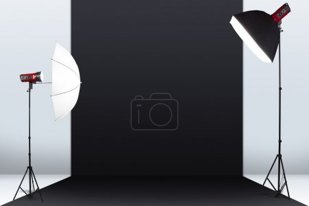 Photo pour Studio de photographie avec une mise en scène lumineuse et fond noir - image libre de droit